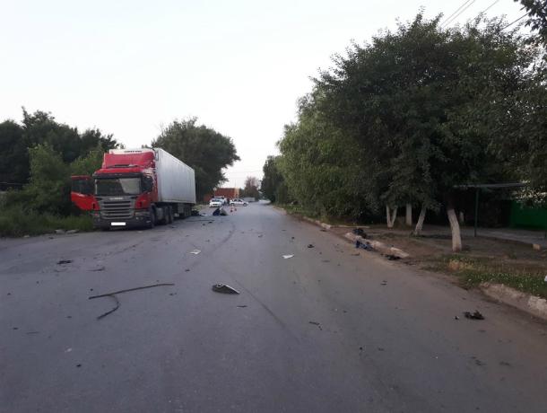 ВБатайске иностранная машина врезалась вприпаркованный грузовой автомобиль, два человека погибли