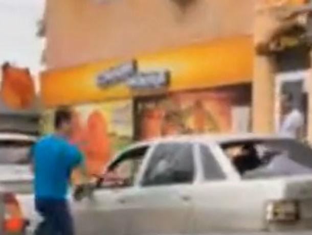 Бешеный ниндзя-берсеркер выбил нунчаками стекла у беззащитной машины в центре Ростова