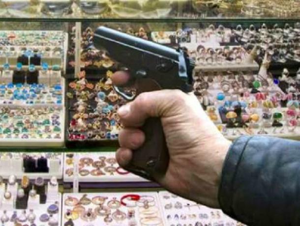 Уворачиваться от пуль «простуженного» грабителя пришлось продавцу ювелирного салона в Ростовской области