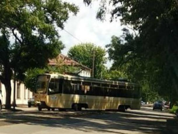 Сошедший с рельсов трамвай перегородил половину проезжей части в Ростове