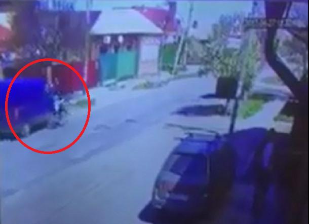 Шофёр микроавтобуса сбил велосипедиста сошкольницей вБатайске ипопал навидео