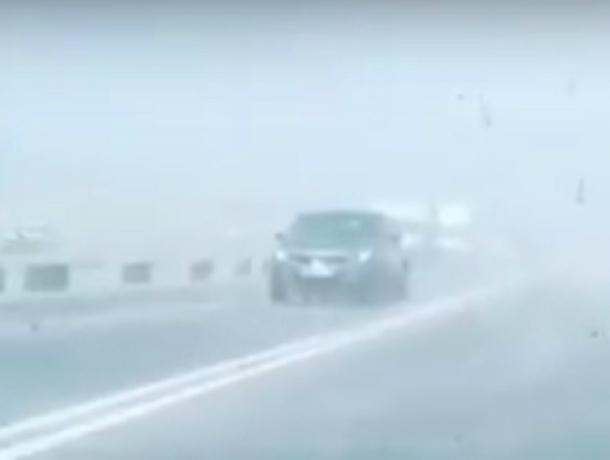 Страшная песчано-пыльная буря ослепила автомобилистов на трассе под Ростовом и попала на видео