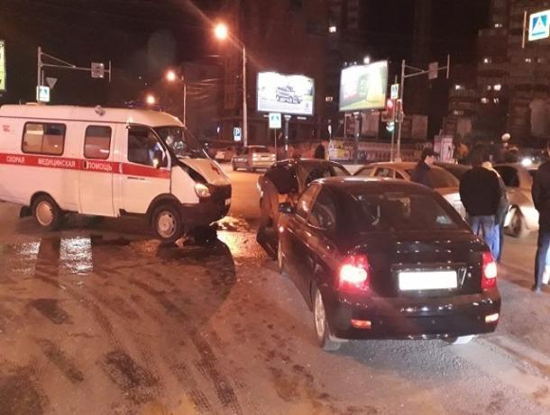 Крупная авария с участием скорой помощи произошла в Ростове