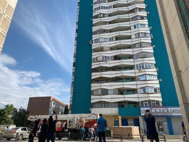 В Ростовской области спасатели успели снять студента с карниза 16-этажного дома