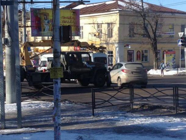 Нелепая авария с иномаркой и автокраном вызвала затор на дороге в центре Таганрога