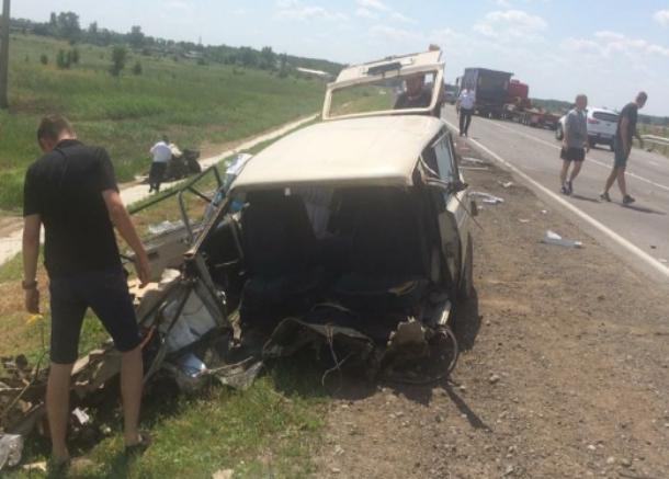 В Ростовской области «четверка» врезалась в грузовик, есть жертвы
