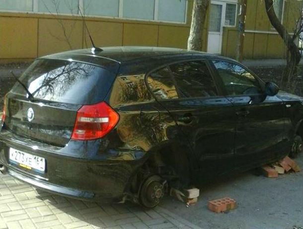 «Кирпично» надругались над иномаркой автохама на тротуаре жители Ростова