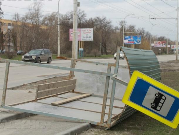 Ураганный ветер разрушил строения, остановки и повалил деревья в Ростове и области