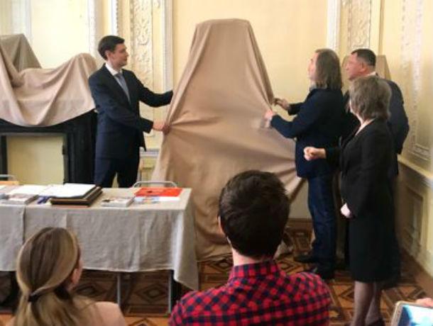 Голову обобщенных плоскостей подарил училищу Грекова художник Никас Сафронов изРостова