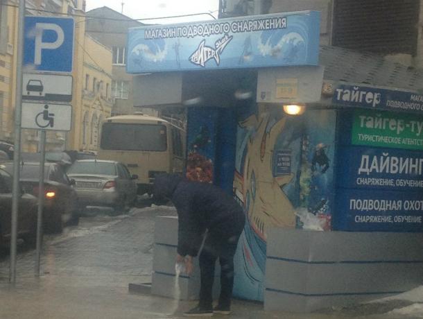 Засыпавший солью обледенелые тротуары сознательный прохожий стал героем дня в Ростове