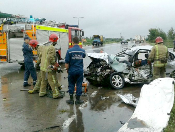 Три человека погибли в жутком ДТП с припаркованным у обочины грузовиком в Ростовской области