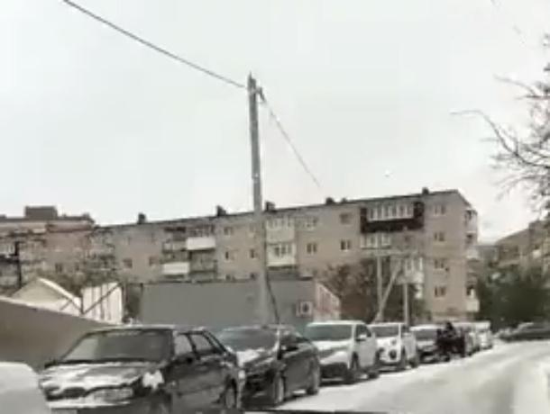 Сумасшедшая очередь из сотен автомобилей в шиномонтажку Ростовской области попала на видео