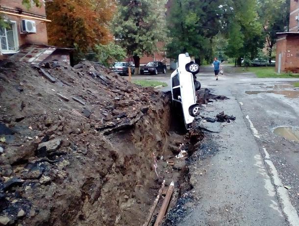 В Таганроге автомобиль влетел в траншею, которую коммунальщики забыли огородить
