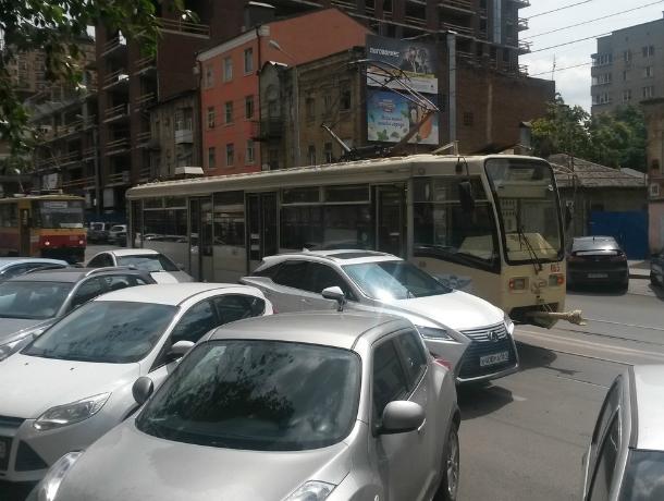 Замешкавшаяся на трамвайных рельсах иномарка осталась без «глаза» в центре Ростова