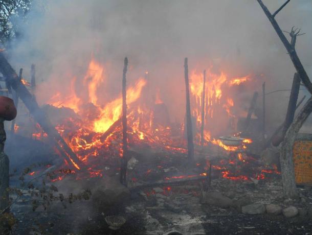 Муж и жена насмерть отравились дымом во время пожара в дачном доме в Ростовской области