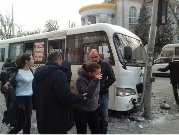 В Ростове водитель маршрутки на полном ходу врезался в светофор и сбежал с места аварии