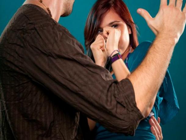 Мощным ударом кулака в нос бывший сожитель лишил женщину сумки с самым дорогим под Ростовом