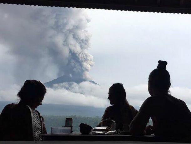 Застрявшие на Бали из-за жуткого извержения вулкана ростовчане устроили фотосессию с «головой дракона»