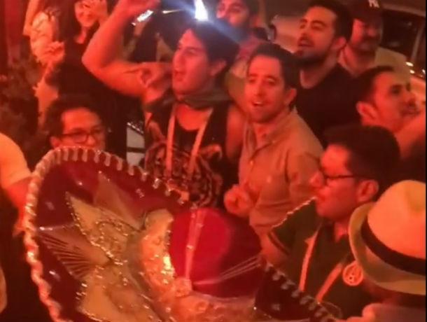 Мексиканские болельщики знакомят ростовчан с любимыми песнями на видео