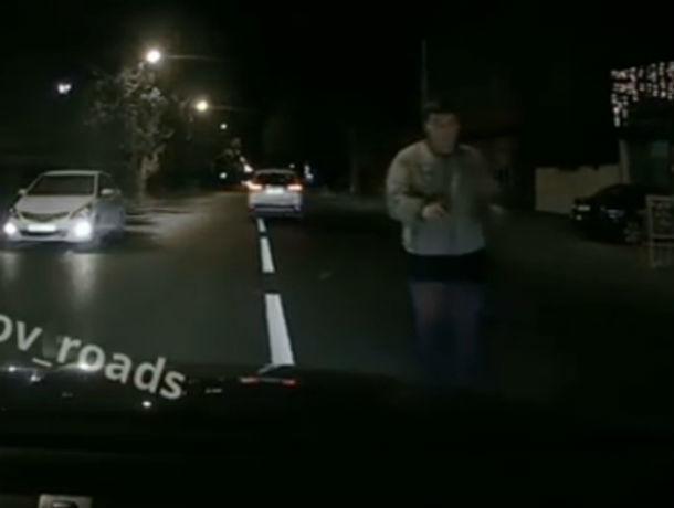 Неадекватный ростовчанин бросался под колеса автомобилей