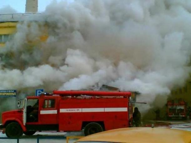 Бушующий огонь уничтожил магазин в Ростовской области