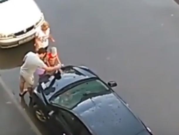 «Преступление и наказание»: отмывавший запачканные грязью автомобили мальчик попал на видео под Ростовом