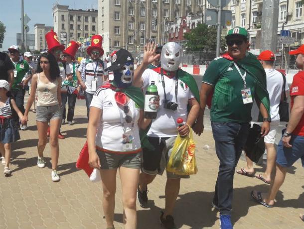 Не испугавшиеся 35-градусной жары горячие мексиканцы за три часа до начала матча спешат на стадион