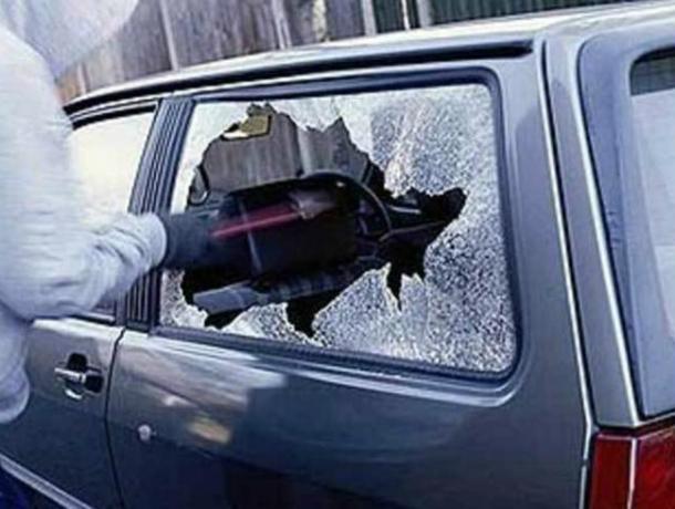 Поссорившийся с новым приятелем мужчина разбомбил металлической трубой его автомобиль под Ростовом