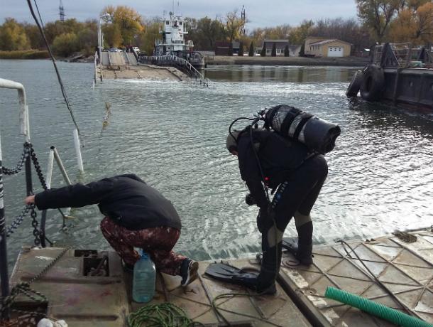 Водолазы поднимут со дна секции понтонного моста в Ростове