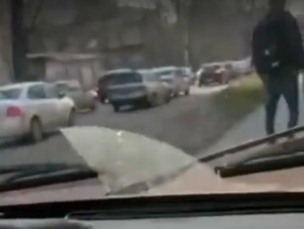 Оборзевшие студенты на «Жигулях» давили пешеходов на тротуаре, объезжая пробку в Ростове