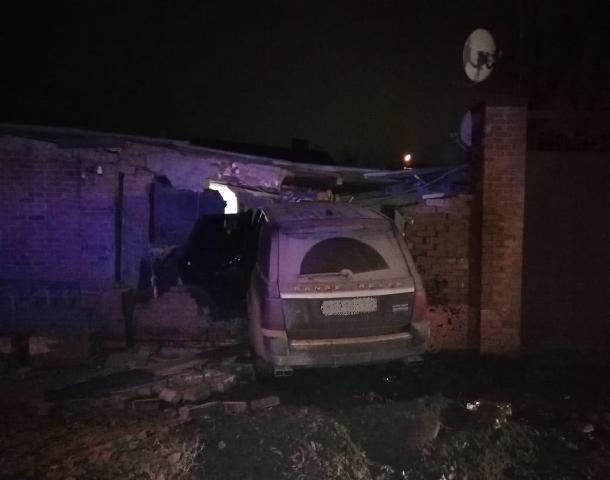 Припарковался: в Ростове элитный внедорожник снес забор частного дома