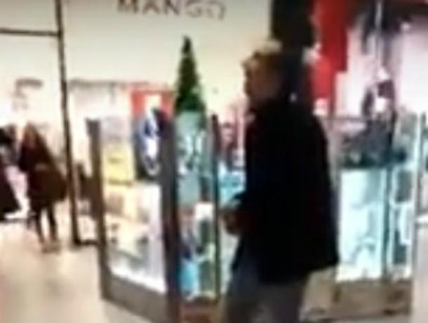 «Очарованный музыкой» наркоман-потеряшка врос ногами в пол торгового центра Ростова и попал на видео