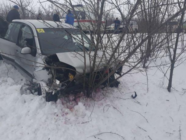 Пассажирка ВАЗа погибла в жутком лобовом ДТП с иномаркой на трассе Ростовской области