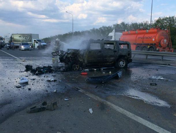 Влетевший под грузовик Hummer  вспыхнул как спичка на трассе в Ростовской области
