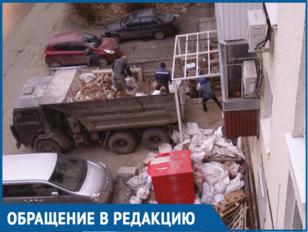 «Мы боимся, что наш дом разрушится!»: жильцы ростовской многоэтажки бьются с незаконной стройкой в их доме