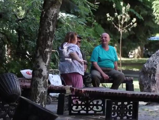 Жаркие танцы страстной «пышечки» в компании двух мужчин на бульваре Ростова попали на видео
