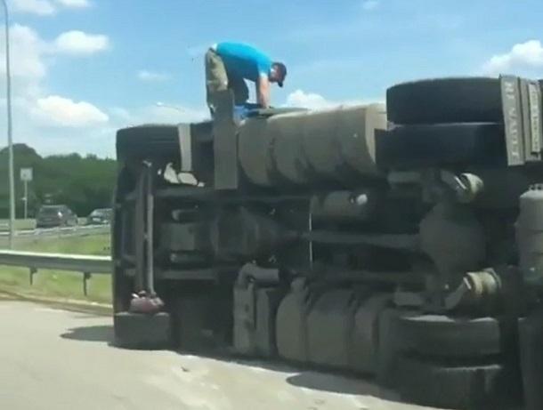 ВРостовской области влобовом столкновении грузового автомобиля и Хёндай погибли два человека