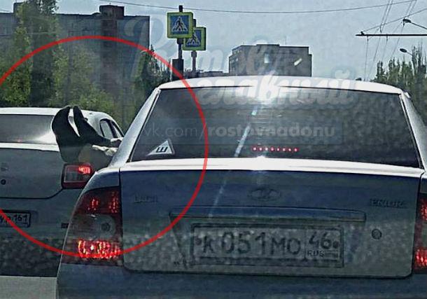 Торчащие из автомобиля гостей Ростова ноги вызвали бурные эмоции горожан