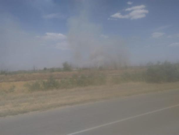 Спасатели три часа тушили пожар на поле под Ростовом