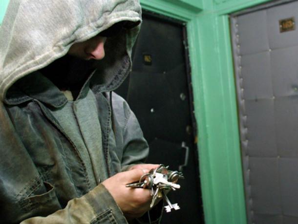 Оставленными ростовчанкой под ковриком ключами от квартиры воспользовался преступник