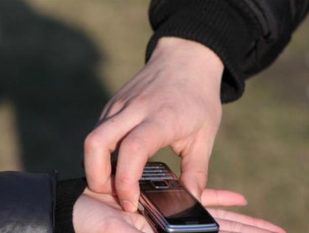 ВРостове мужчина, притворившись жертвой ДТП, похитил упрохожего мобильный