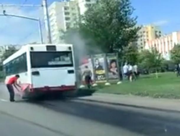 Эвакуироваться в срочном порядке из закипевшего на ходу автобуса пришлось пассажирам в Ростове