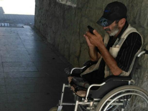 Попрошайка-инвалид с дорогим смартфоном удивил прохожих у вокзала в Ростове