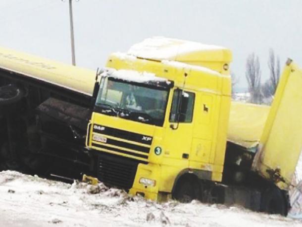День жестянщика: 12 автомобилей пострадали в авариях на трассе под Ростовом