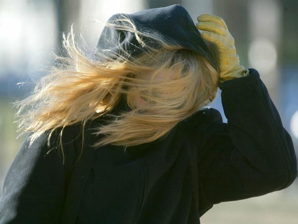 Сильный ветер будет сдувать ростовчан в течение суток