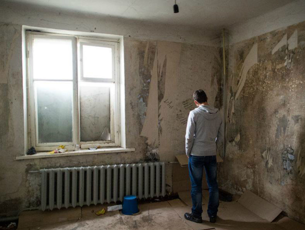 Только через суд сирота в Ростовской области добился права на переселение из опасного жилья