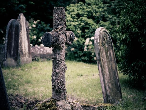 Жестокая ростовчанка проломила могильным крестом голову подруге на кладбище