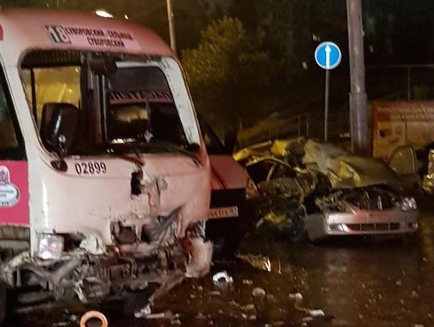 Два человека погибли при столкновении маршрутки и иномарки на севере Ростова