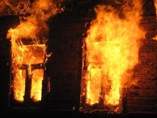 ВРостове ночью сгорел деревянный дом, погибли два человека