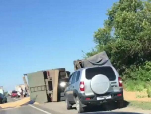 Полный «голубиного счастья» грузовик опрокинулся на бок на трассе Ростовской области